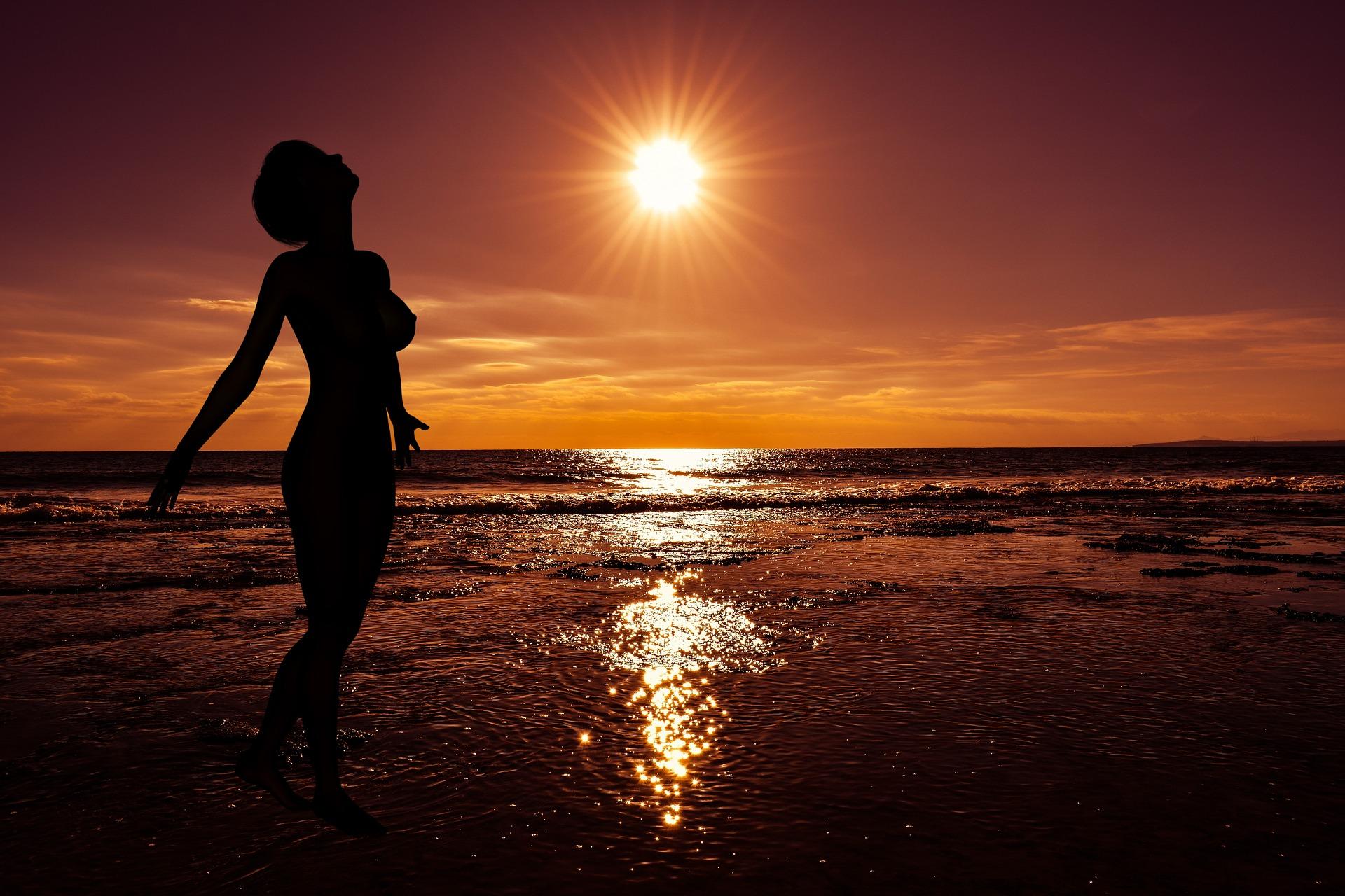tramonto con naturista sulla spiaggia