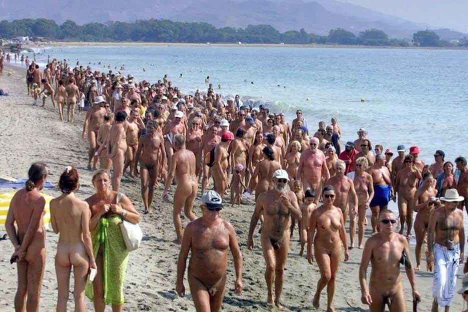 Spiaggia naturista moderna