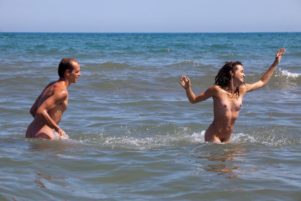 coppia naturista in mare