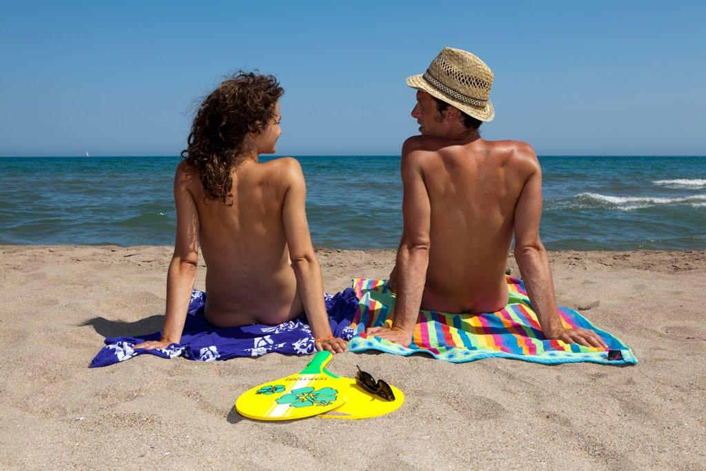 coppia naturista spiaggia